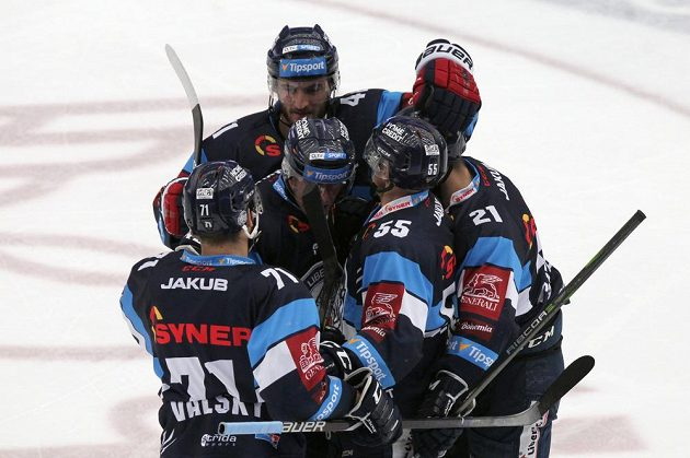 Radost hokejistů Liberce z první branky v pondělním finále na ledě Ocelářů Třinec.