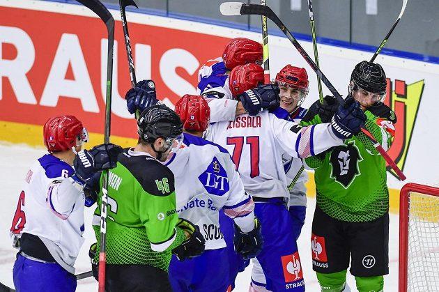 Hráči Helsinek oslavují gól.