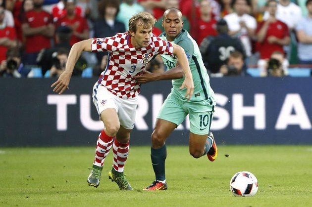 Chorvatský fotbalista Ivan Strinič v souboji s Portugalcem Joao Mariem.