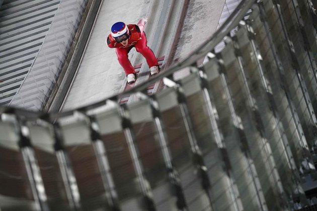 Český skokan na lyžích Roman Koudelka během závodu na středním můstku.