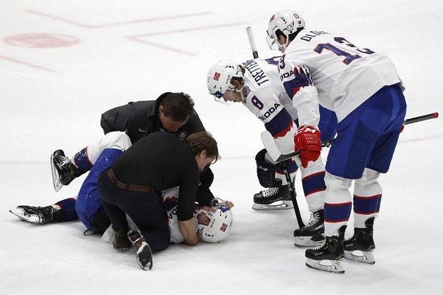 Zraněný norský hokejista Mathis Olimb potřeboval pomoc lékařů přímo na ledové ploše.