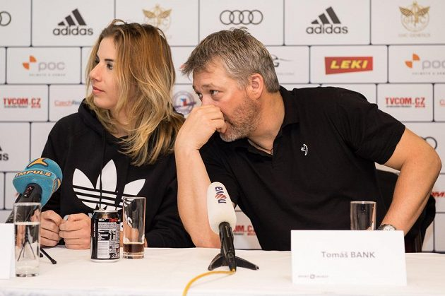 Snowboardistka a lyžařka Ester Ledecká a její trenér Tomáš Bank na tiskové konferenci.
