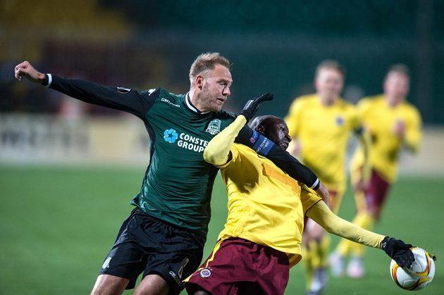 Andreas Granqvist z Krasnodaru (vlevo) a sparťan Kehinde Fatai během odvetného utkání play off Evropské ligy.