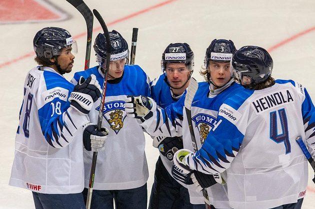 Finové (zleva) Joonas Oden, Patrik Puistola, Kristian Tanus, Anttoni Honka a Ville Heinola se radují po jedné z branek proti Kazachstánu.