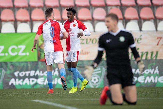 Fotbalisté Slavie Praha Jaromír Zmrhal a Peter Olayinka oslavují gól.