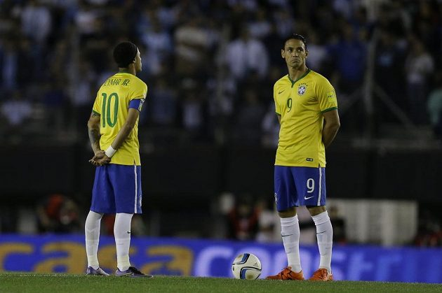 Brazilští útočníci Neymar (vlevo) a Ricardo Oliveira čekají na hvizd rozhodčího, aby obstarali výkop kvalifikačního zápasu proti Argentině.