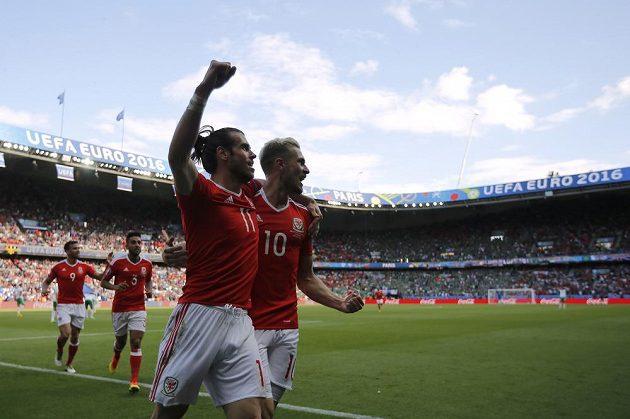 Velšané Gareth Bale (vpředu vlevo) a Aaron Ramsey (vpravo) se radují z gólu proti Severnímu Irsku.