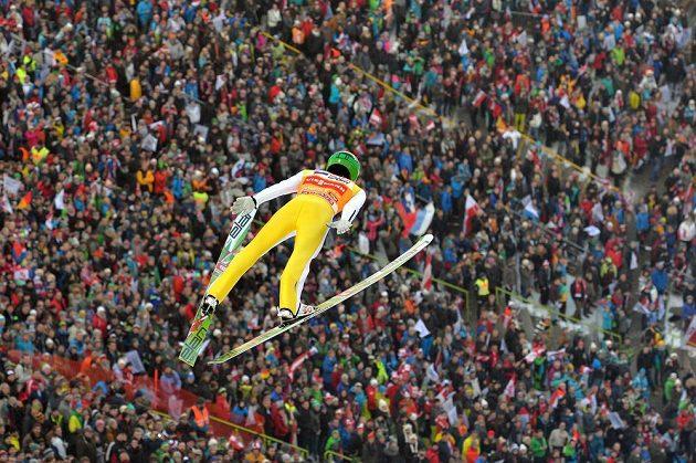 Slovinský skokan na lyžích Peter Prevc během prvního kola závodu Turné čtyř můstků v Innsbrucku.
