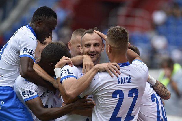 Autor gólu David Lischka z Ostravy (uprostřed) se raduje se spoluhráči.