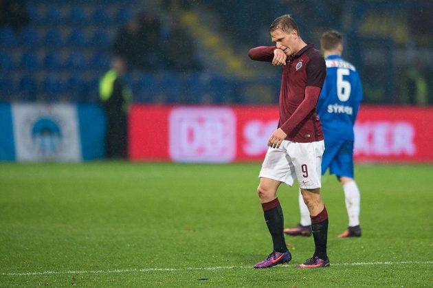 Vyloučený sparťan Bořek Dočkal opouští hřiště během utkání v Liberci.