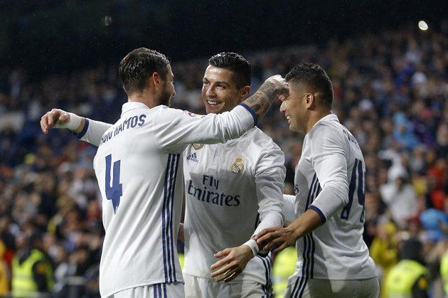 Radost v podání hráčů Realu Madrid v utkání se San Sebastianem. Sergio Ramos (vlevo) se chystá obejmout s Cristianem Ronaldem, všemu přihlíží Casemiro.