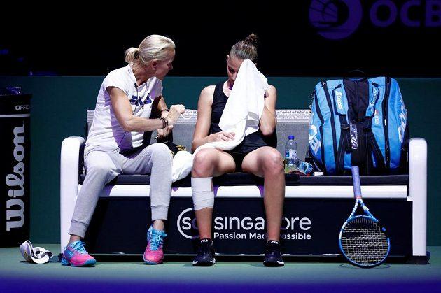 Karolína Plíšková dostává během pauzy rady od australské trenérky Rennae Stubbsové.