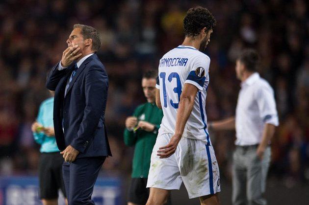 Trenér Interu Milán Frank de Boer a vyloučený obránce Andrea Ranocchia.
