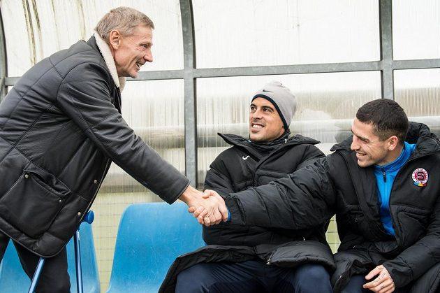 Sportovní ředitel Zdeněk Ščasný (vlevo), Tal Ben Chaim a nová posila Sparty Nicolae Stanciu během přípravného utkání s Vltavínem.