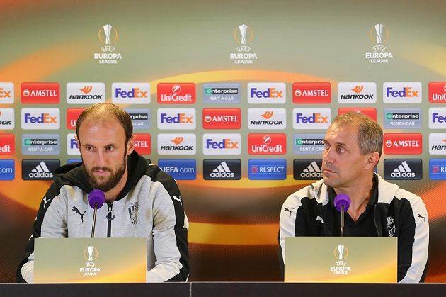 Plzeňský obránce Roman Hubník (vlevo) a trenér Roman Pivarník na tiskové konferenci před utkáním 2. kola skupiny E Evropské ligy s Austrií Vídeň.