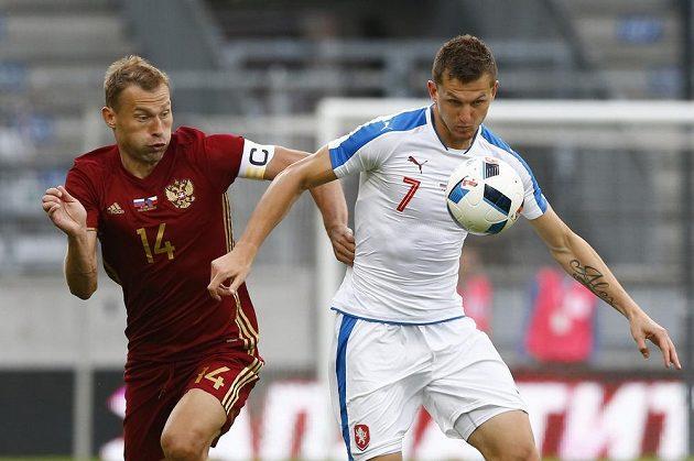 Tomáš Necid (vpravo) se snaží uprchnout Vasiliji Berezuckému.