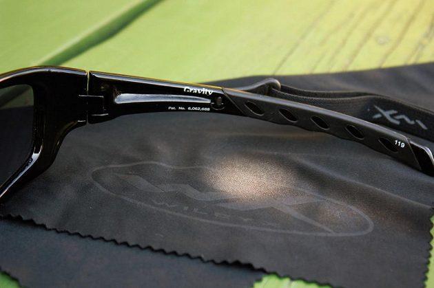 Sluneční brýle Wiley X Gravity - detail upevnění pružného pásku.