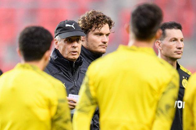 Trenér Dortmundu Lucien Favre během tréninku před utkáním základní skupiny Ligy mistrů na hřišti Slavie Praha.