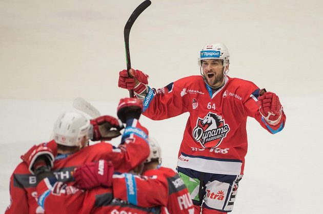 Hráči Pardubic se radují z gólu proti Českým Budějovicím. Vpravo Brian Ihnacak.
