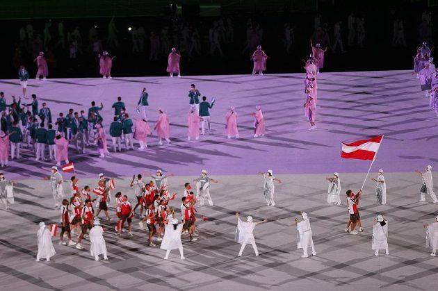 Rakouská výprava nastupuje na Olympijský stadion během zahajovacího ceremoniálu LOH 2021 v Tokiu.