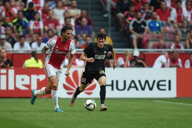 Vjačeslav Karavajev z Jablonce (vpravo) brání Mitchelle Dijkse z Ajaxu.