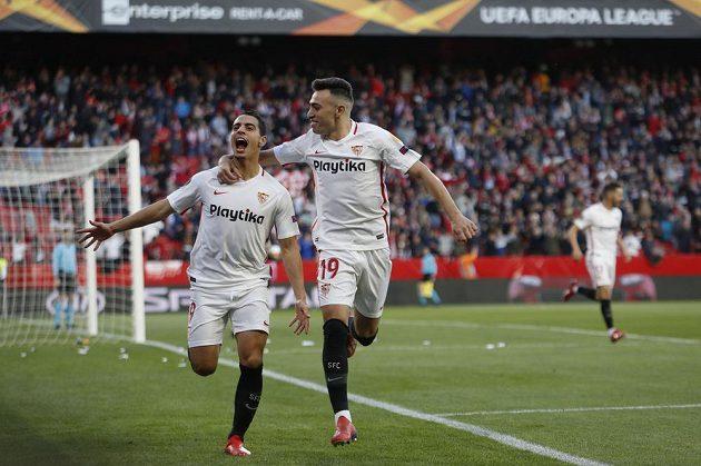 Fotbalisté Sevilly Wissam Ben Yedder (vlevo) a Munir se radují z úvodního gólu proti Slavii v osmifinále Evropské ligy.