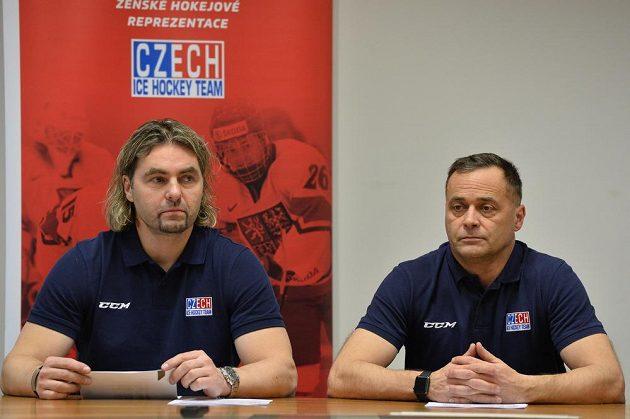 Manažer David Moravec (vlevo) a trenér Jiří Vozák na tiskové konferenci Českého svazu ledního hokeje k olympijské kvalifikaci žen.