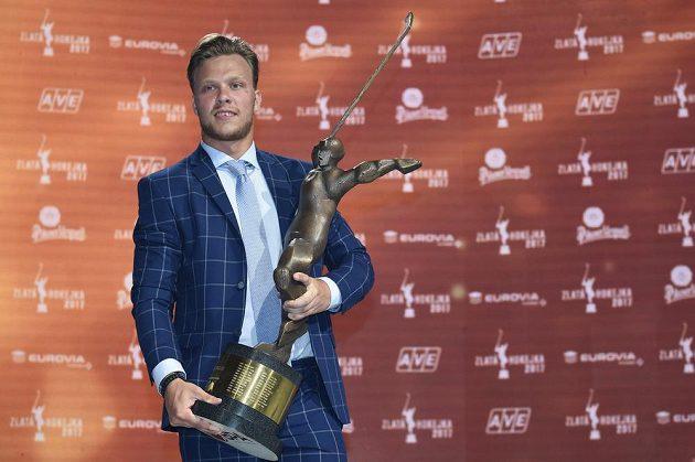 David Pastrňák s trofejí pro nejlepšího českého hokejistu sezóny 2017.