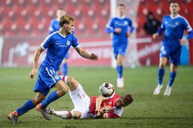 Matěj Pulkrab z Liberce (vlevo) a Jakub Jugas ze Slavie Praha během utkání čtvrtfinále MOL Cupu.