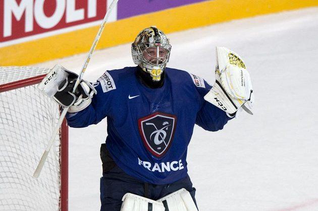 Francouzský brankář Florian Hardy oslavuje vítězství 5:1 nad Finskem.