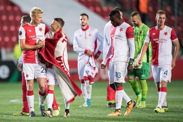 Fotbalisté Slavie (zleva): Michal Frydrych, Jan Sýkora a Michael Ngadeu po utkání proti Maccabi Tel Aviv.