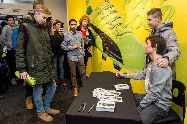 Tomáš Rosický během pondělní autogramiády s fanoušky v Praze.