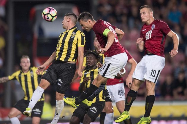 Kapitán David Lafata hlavičkuje na branku Vitesse Arnhem.