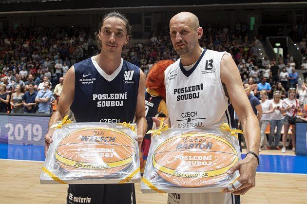 Jiří Welsch (vlevo) a Luboš Bartoň ukazují zdobené perníky na památku ve tvaru basketbalového míče.