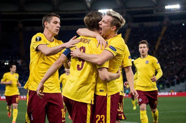 Bořek Dočkal, Ladislav Krejčí a Ondřej Zahustel se radují ze sparťanského gólu v odvetě osmifinále Evropské ligy na půdě Lazia Řím.