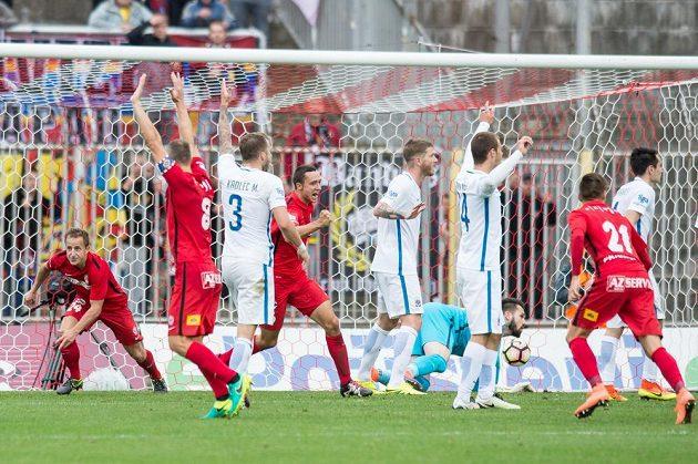 Vyrovnávácí gól fotbalistů Brna na 3:3 se Spartou, vlevo jeho autor Alois Hyčka.