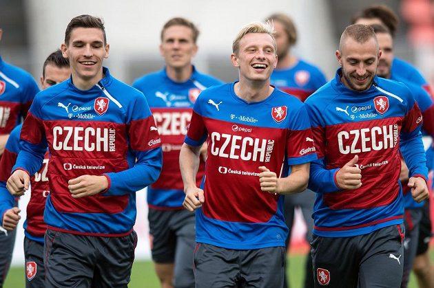 Záložník David Pavelka (vlevo) během úterního tréninku před kvalifikačními zápasy s Tureckem a v Nizozemsku. Uprostřed je Ladislav Krejčí, vpravo Jiří Skalák.