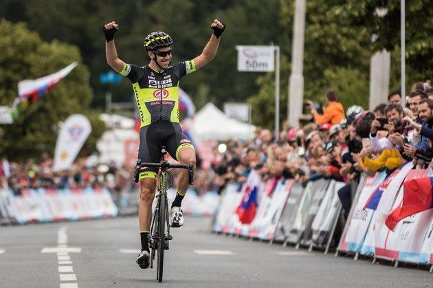 Josef Černý slaví premiérový titul z hromadného závodu na mistrovství silniční cyklistiky v Plzni.