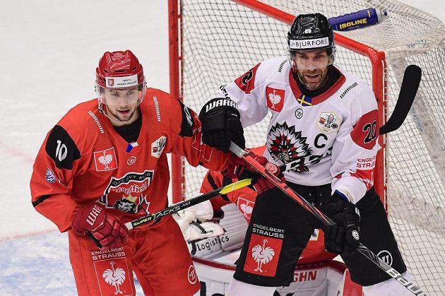 Michael Gaspar z Hradce Králové a Joel Lundqvist z Frölundy v akci ve finále Ligy mistrů.