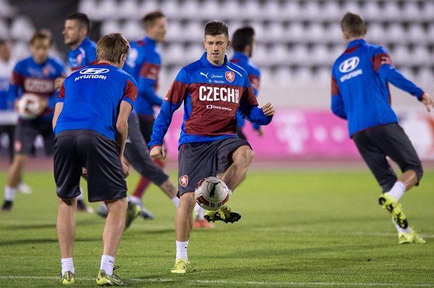 Obránce Lukáš Bartošák (vpředu vpravo) na tréninku české fotbalové reprezentace před přípravnými zápasy se Srbskem a Polskem.