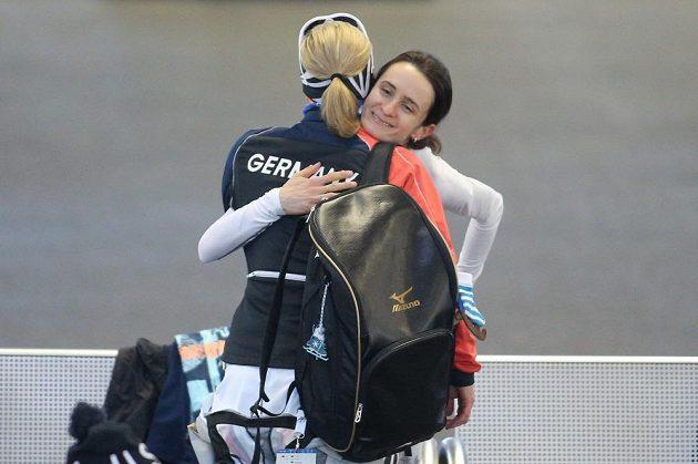 Martina Sáblíková přijímá gratulaci ke čtvrtečnímu zlatu od německé rychlobruslařky Claudie Pechsteinové.