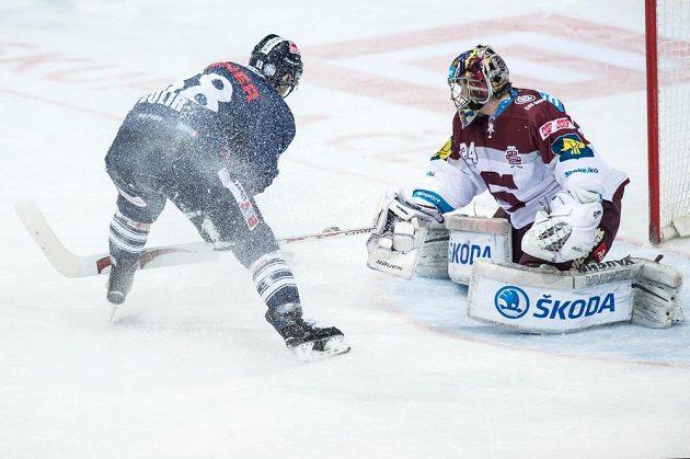 Brankář Sparty Praha Tomáš Pöpperle likviduje nájezd libereckého útočníka Michala Bulíře během třetího finále play off extraligy.