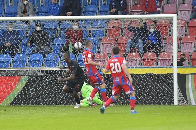 Abdallah Sima ze Slavie vstřelil gól a jásá,Jakub Brabec (22) aPavel Bucha (20) z Plzně přišli pozdě.