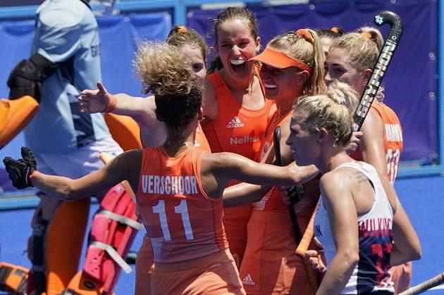 Nizozemské pozemní hokejistky slaví gól v semifinálovém duelu olympijského turnaje proti Británii.