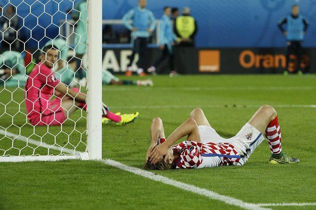 Totální zmar. Chorvta Ivan Strinič (vpravo) a brankář Danijel Subašič bezprostředně po inkasovaném gólu v prodloužení duelu s Portugalskem.
