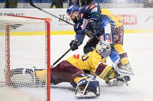Rostislav Marosz z Kladna překonává brankáře Jihlavy Maksima Zhukova a střílí svůj druhý gól během sedmého utkání finále.