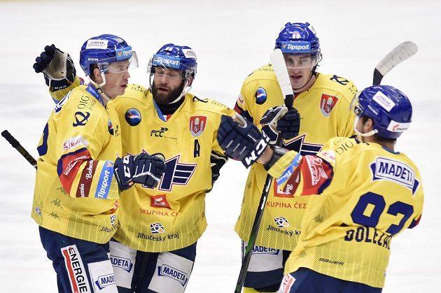 Hokejisté Českých Budějovic se radují ze čtvrtého gólu.