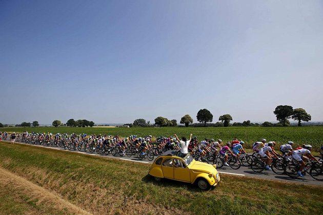 Fanoušek zdraví peloton Tour de France.