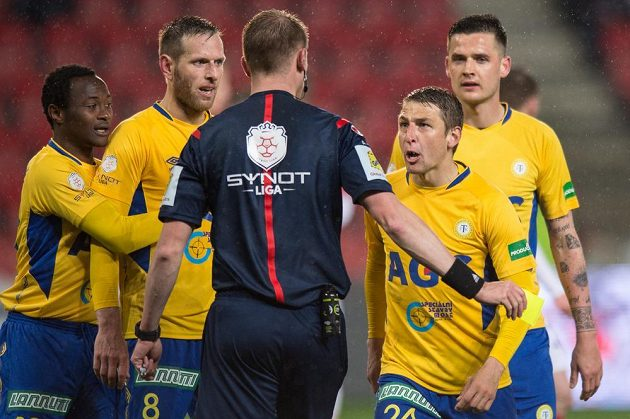 Fotbalisté Teplic (zleva) Daniel Soungole, Štěpán Vachoušek, Jan Krob a Michal Jeřábek v Edenu protestují u rozhodčího Jiřího Houdka proti nařízené penaltě.