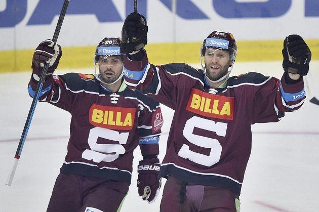 Sparťané (zleva) Michal Řepík a Vladimír Růžička ml. z třetího gólu v souboji s Libercem.
